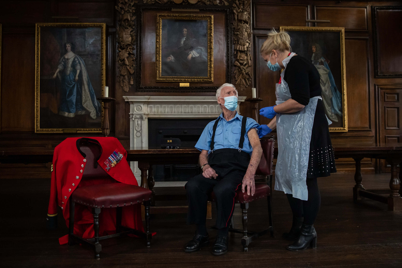 Chelsea Pensioner Bob Sullivan receives Pfizer vaccine