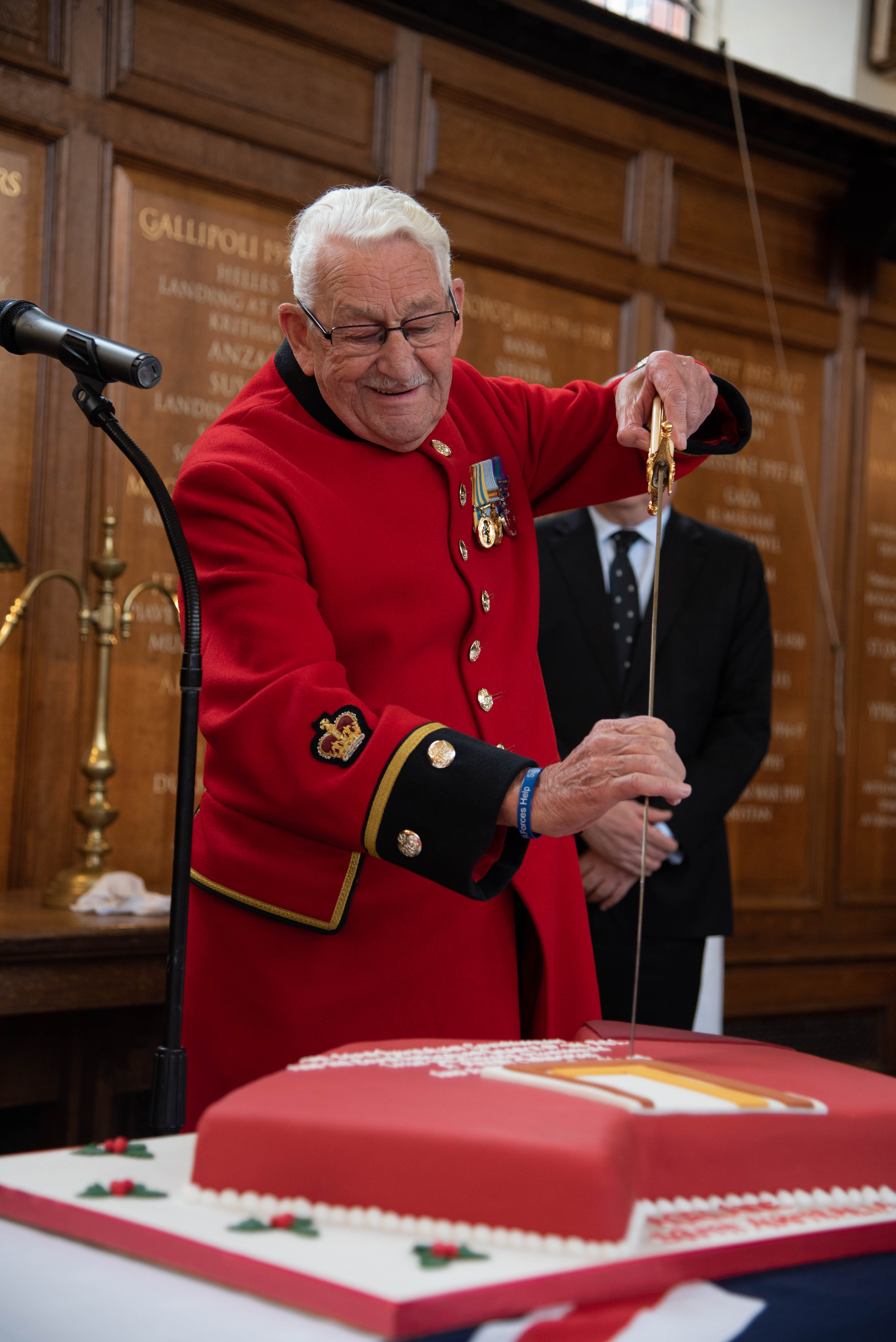 Chelsea Pensioner Arthur cutting the cake