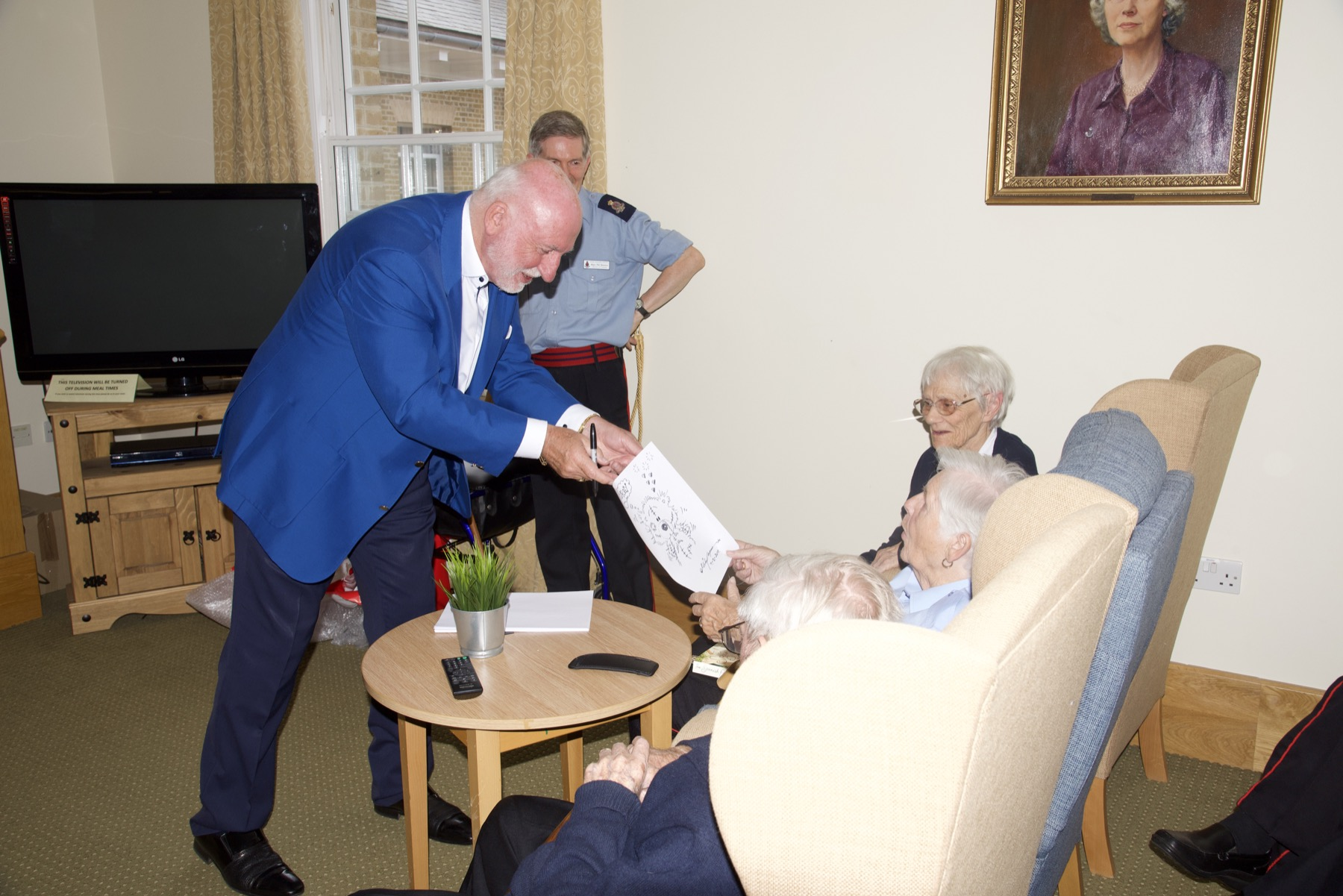 Mike Payne presents illustration to Chelsea Pensioner